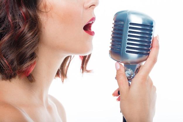 Cantante donna con vecchio microfono Foto Premium