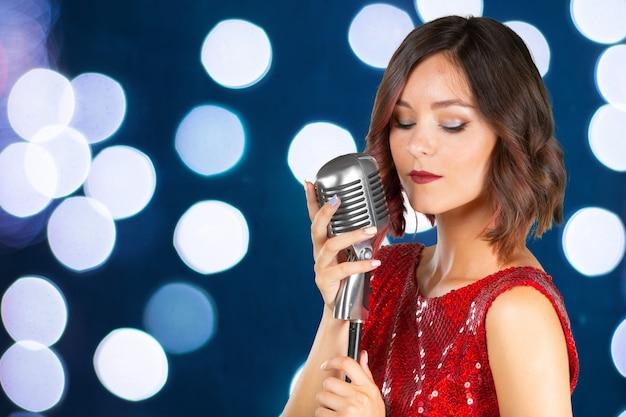 Cantante giovane donna Foto Premium