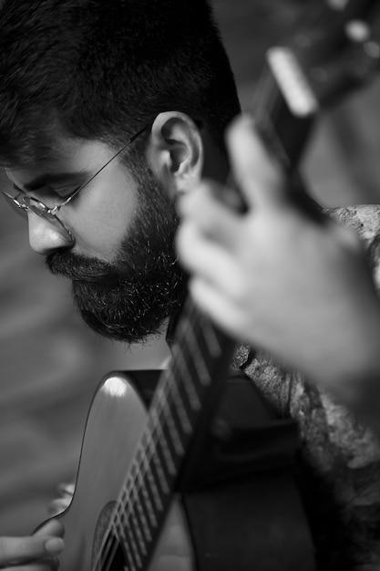 Cantante maschio esibendosi con la chitarra Foto Gratuite