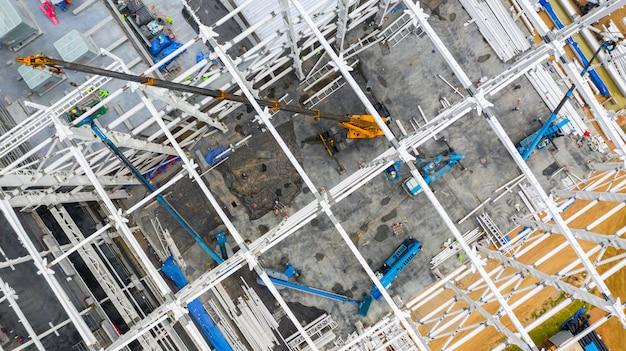 Cantiere aereo di vista superiore con la costruzione del macchinario industriale per le nuove costruzioni della fabbrica. Foto Premium
