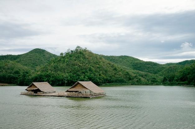 Capanna sul fiume e sulla foresta Foto Gratuite