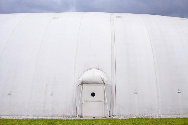 Capannone gonfiabile bianco, baldacchino realizzato in tela cerata. Foto Premium