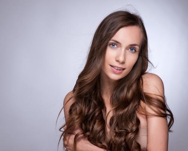 Capelli. bella ragazza bruna. capelli lunghi sani beauty model woman. acconciatura Foto Premium