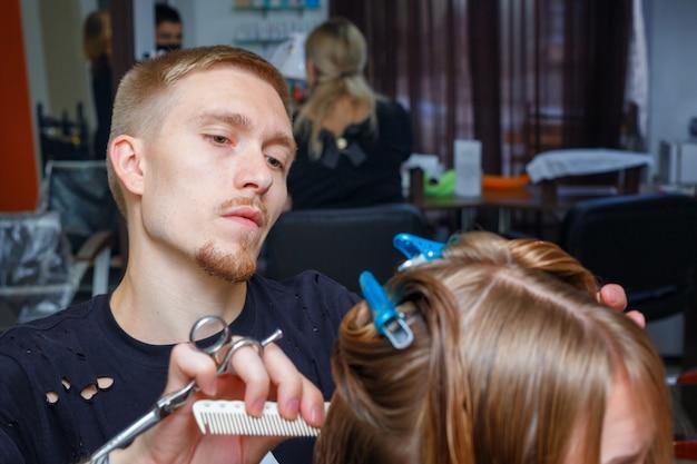 Capelli tagliati nel salone da parrucchiere Foto Premium