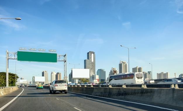 Capitale bangkok urbano con la costruzione di torre sul ponte Foto Premium