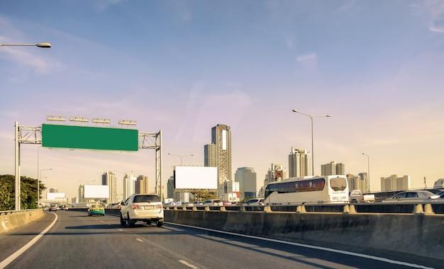 Capitale bangkok urbano con la torre della costruzione sulla superstrada del ponte Foto Premium