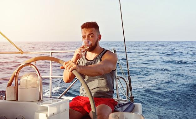 Capitano uomo yachting con bicchiere di vino. Foto Premium