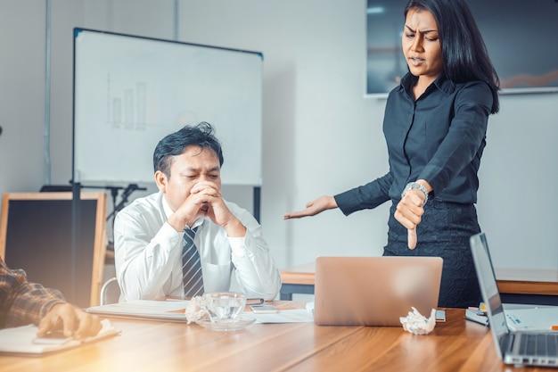 Capo serio della donna che rimprovera l'impiegato del gruppo di vendita per risultato di affari difettosi Foto Premium