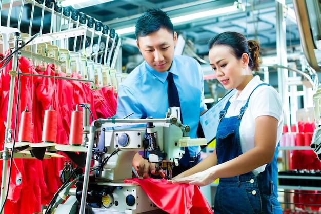 Caposquadra in una fabbrica spiega qualcosa Foto Premium