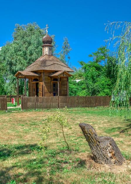 Cappella di legno nella città di vilkovo, ucraina Foto Premium