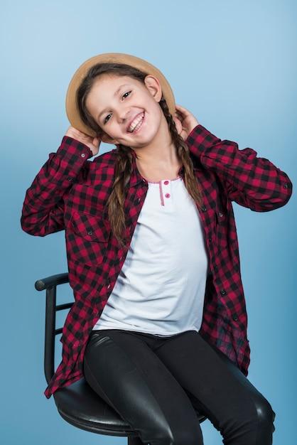 Cappello di detenzione ragazza felice sulla testa Foto Gratuite