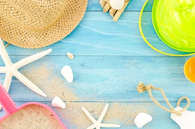 Cappello di paglia con stelle marine e sabbia Foto Gratuite
