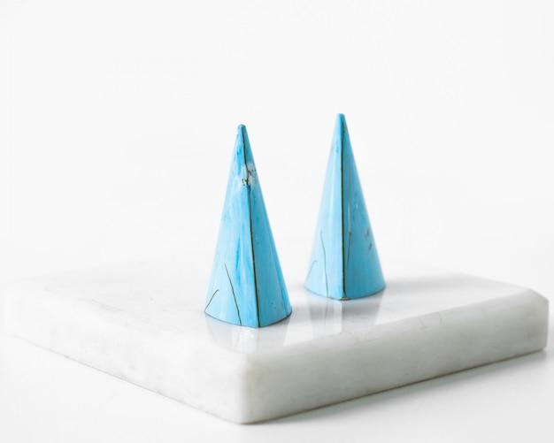 Cappucci blu di vista frontale sul pavimento bianco Foto Gratuite