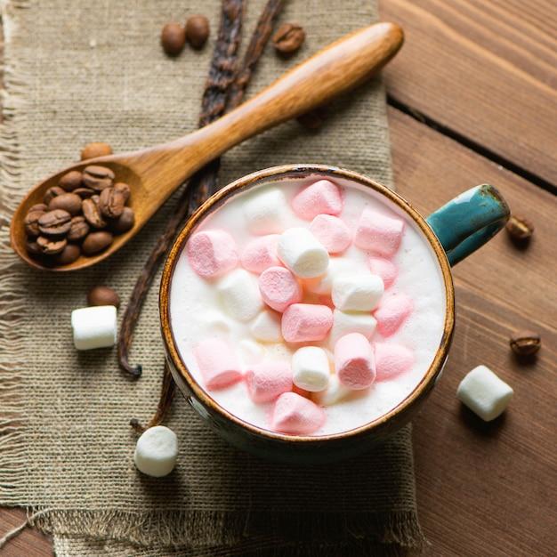 Cappuccino caldo con marshmallow in una tazza Foto Premium