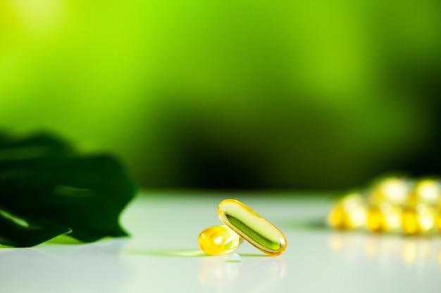 Capsule di gel morbido di olio di pesce omega 3 giallo Foto Premium