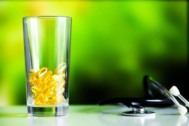 Capsule di gel morbido di olio di pesce omega 3 giallo. Foto Premium