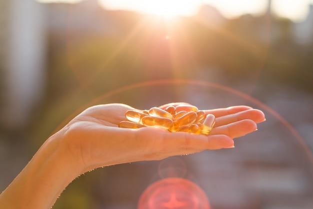 Capsule di olio di pesce omega-3 a mano Foto Premium