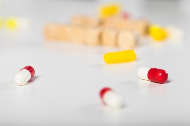 Capsule mediche variopinte del primo piano sul tavolo Foto Gratuite