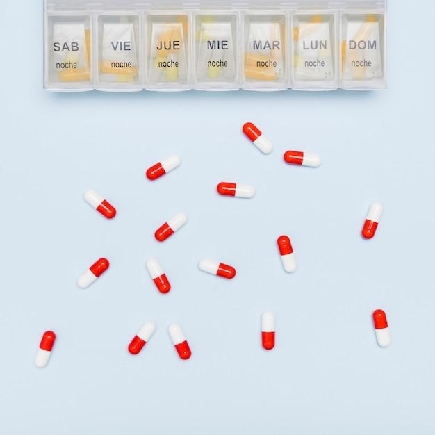Capsule sparse e organizzatore di pillole Foto Gratuite