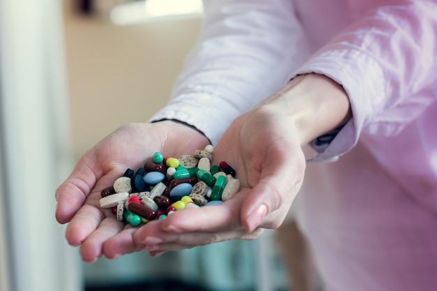Capsule variopinte delle pillole in mani di un medico Foto Premium
