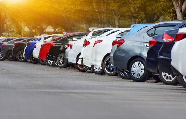Car parked row on road Foto Premium