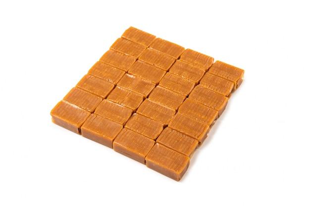 Caramella di caramello saporita isolata Foto Premium