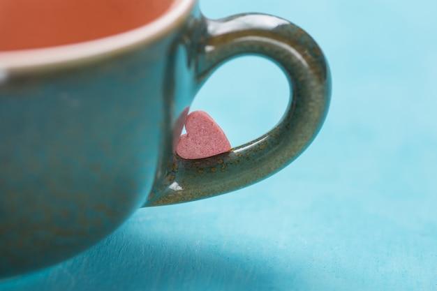 Caramella di zucchero a forma di cuore rosso rosa Foto Premium