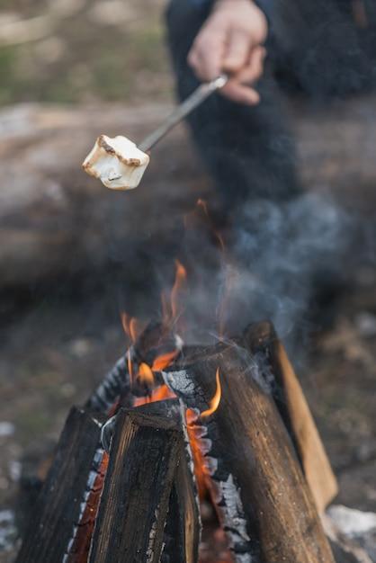Caramella gommosa e molle del primo piano cucinata al falò Foto Gratuite