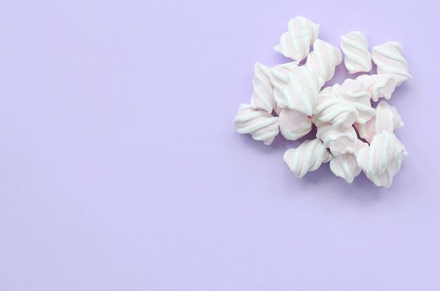 Caramella gommosa e molle variopinta presentata su fondo di carta viola Foto Premium