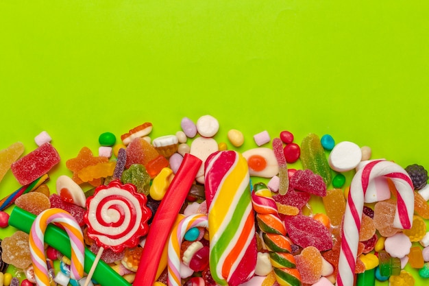 Caramelle colorate su verde Foto Premium