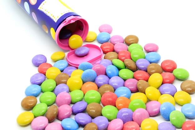 Caramelle di cioccolato smaltato multicolore fuori dal contenitore Foto Premium