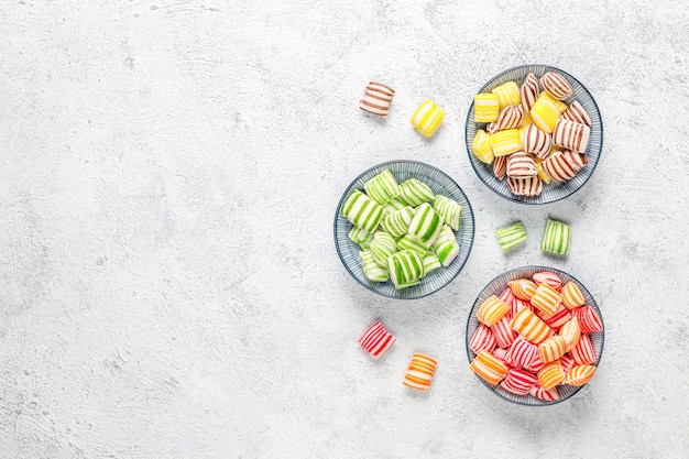 Caramelle di zucchero colorate differenti, vista dall'alto Foto Gratuite