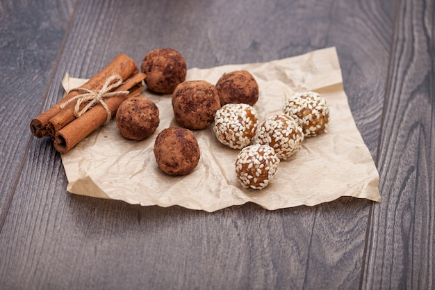 Caramelle e dolci naturali sani fatti con ingredienti naturali, palla di energia fatta a mano con noci e frutta secca. Foto Premium