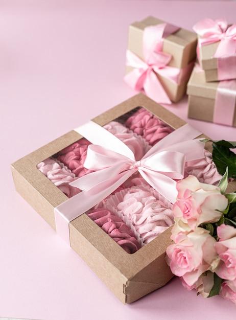 Caramelle gommosa e molle casalinghe rosa dalle bacche in un contenitore di regalo Foto Premium