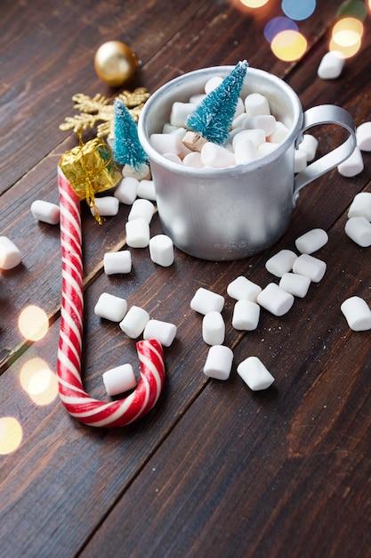 Caramelle gommosa e molle di natale e decorazioni del nuovo anno sulla tavola di legno. vacanze invernali, umore di capodanno Foto Premium