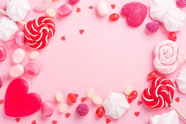 Caramelle, lecca lecca, gelatina sul rosa Foto Premium