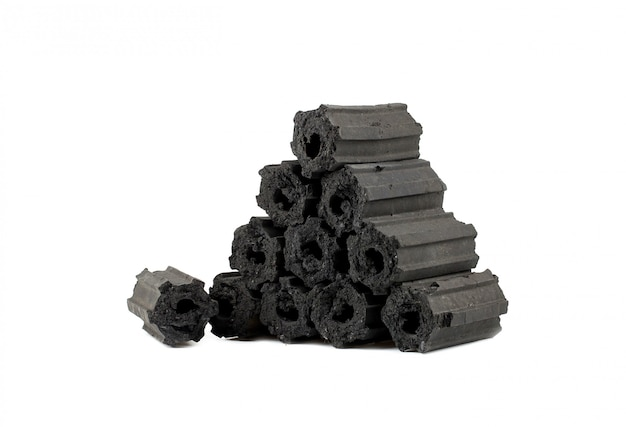 Carbone di legna naturale, polvere di carbone di bambù ha proprietà medicinali con carbone tradizionale Foto Premium