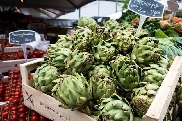 Carciofi freschi sul mercato Foto Gratuite