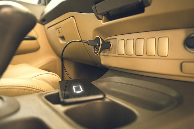 Caricabatterie spina telefonica su auto Foto Premium