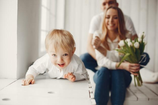 Carino e grande famiglia seduti a casa Foto Gratuite