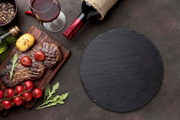 Carne alla griglia con bicchiere di vino Foto Gratuite