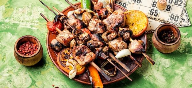 Carne alla griglia e giochi da tavolo Foto Premium
