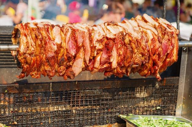 Carne alla griglia fresca allo spiedo Foto Premium