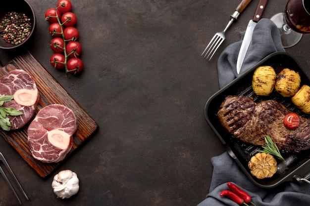 Carne cruda preparata per essere cotta Foto Gratuite