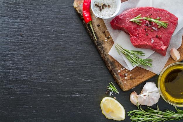 Carne cruda su fondo di legno Foto Premium