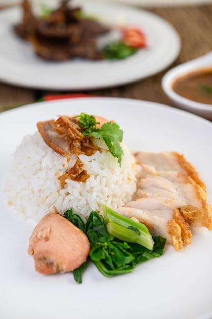 Carne di maiale croccante su un piatto bianco. Foto Gratuite
