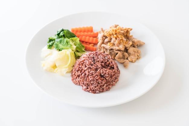 Carne di maiale fritto con aglio e pepe con riso alla bacca Foto Gratuite