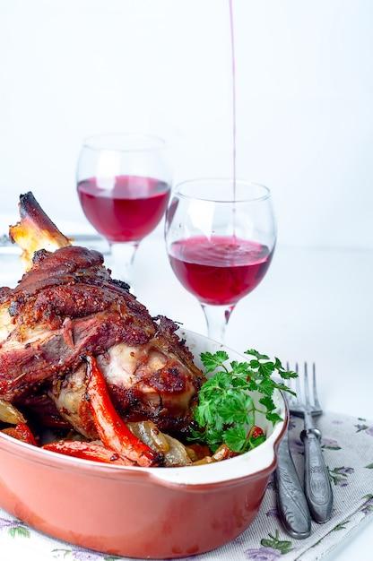 Carne di maiale speziata croccante alla griglia o coscia di pollo Foto Premium