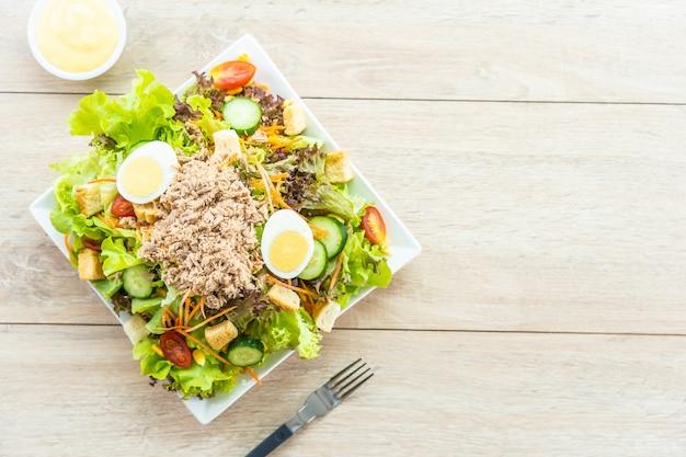Carne di tonno e uova con insalata di verdure fresche Foto Gratuite