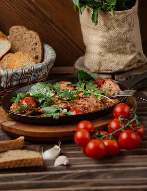 Carne e verdure in umido in padella nera Foto Gratuite